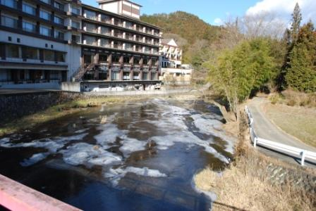 浪漫館の前を流れる「滝川」