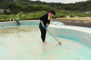 袋田温泉 思い出浪漫館 屋外プールを清掃いたしました。